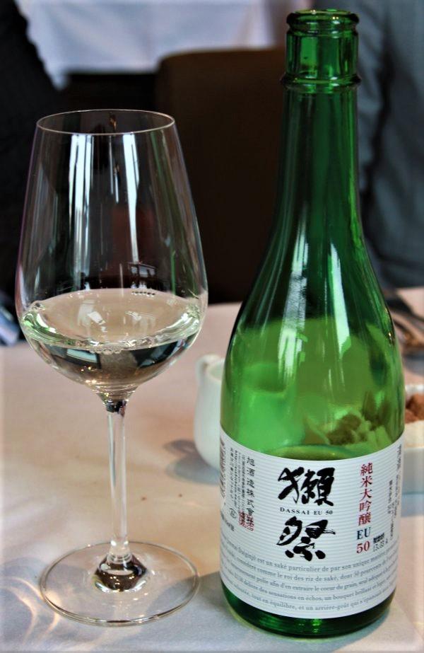 Ce Dassai 50, un Junmai daiginjo introduit la gamme Dassai. Il provient de la brasserie Asahi shuzô (préfecture de Yamaguchi), titre 16° (variété de riz : yamada nishiki avec un taux de polissage de 50 %), à servir à 8°-10°. Il offre des notes de fruits blancs et de fruits exotiques ainsi que des notes de riz soufflé, de châtaigne, de noisette puis s'exprime sur le fruit avec des accents d'abricot et de litchi. S'il peut se marier avec le foie gras mi-cuit (le saké aime le gras), il étonne surtout sur le fromage de chèvre (un Sainte-Maure ou un Pulligny-Saint-Pierre par exemple) Photo DR