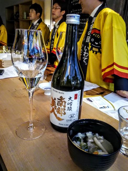 Ce Nanbu Bijin (la belle de Nanbu) est un Daiginjô qui titre 16°. C'est un saké brassé à partir d'une variété de riz, Gin-Otome cultivée à Ninohe-shi avec un polissage inférieur à 50 % ; un saké net et équilibré à la douceur et à la saveur persistante. Si il est servi dans un grand restaurant de New-York, il l'est aussi, à Paris, à la Maison du Saké avec une spécialité gastronomique d'Iwate, la soupe Hittsumi aux légumes de saison et boulettes de farine de blé dans un bouillon à la sauce de soja (Photo FC)