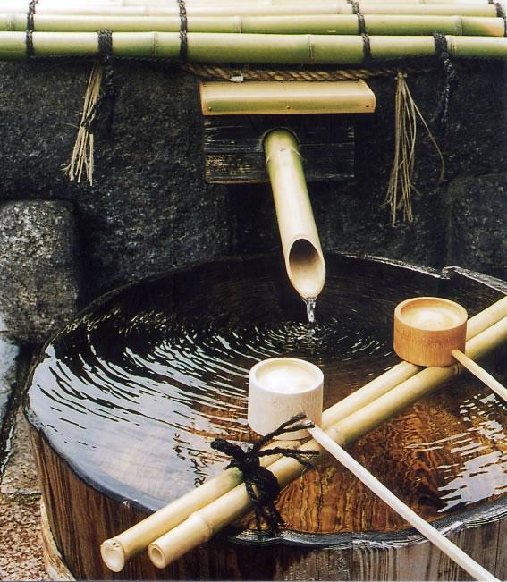 L'eau souterraine de Fushimi comprend la quantité parfaite de minéraux dissous dans la couche de granite, ce qui en fait une eau moyennement dure avec une dureté de 60 à 80 mg/l. La petite quantité de fer la rend également adaptée au saké. Cette eau pure est la source qui donne naissance au saké doux et moelleux de Kyoto Fushimi (Photo Gekkeikan).