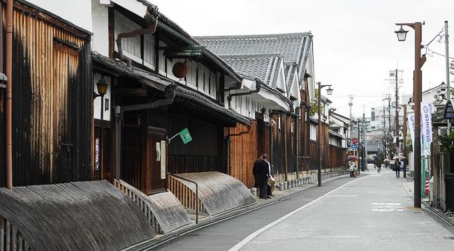 Le quartier des brasseurs de Fushimi (伏 見) se concentre le long de la rivière Horikawa, bordée de saules, dans le sud de Kyoto. Ce lieu est vénéré pour l'eau pure qui coule en abondance des sources souterraines de la rivière. Le sous-sol de Fushimi est composées de granit qui assure une exceptionnelle filtration de l'eau avec la quantité parfaite de minéraux dissous. C'est la raison pour laquelle le quartier abrite près de 40 brasseries de saké dont le géant Gekkeikan, (brasserie fondée en 1637). Fushimi est aussi le premier port maritime pour les bateaux en bois à fond plat. Photo DR