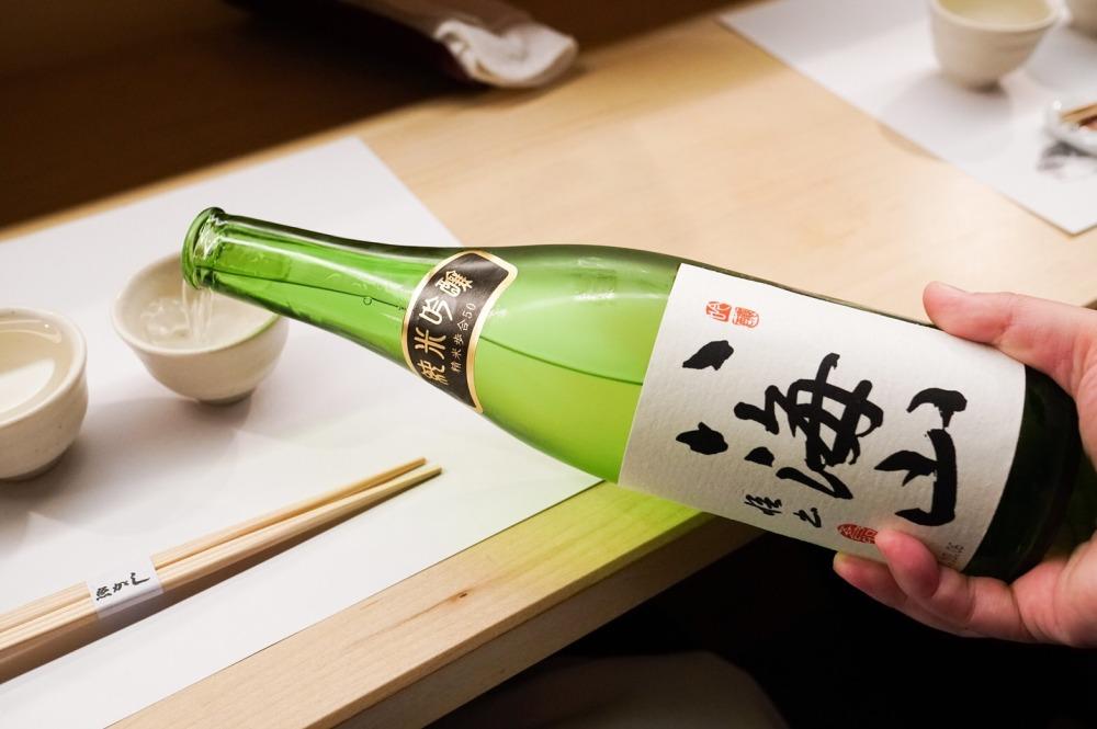 Le Junmai ginjo Hakkaisan (préfecture de Niigata) titre 15,6° avec un taux de polissage de 50 %. Il est élaboré à partir de trois variétés de riz : Yamadanishiki, Miyamanishiki et Gohyakumangoku. Ce saké sans doute l'un des plus recherchés au Japon provient de la brasserie Hakkaisan, fondée en 1922. Elle est située dans la ville de Minami-Uonuma, au pied du mont Hakkai là où la neige peut atteindre près de 3 m d'épaisseur. L'eau qui y est puisée Raidensama no mizu (eau de source de Raiden), est une eau ultra douce et excellente pour la production de saké. (Raiden est le dieu japonais du tonnerre et de la foudre).