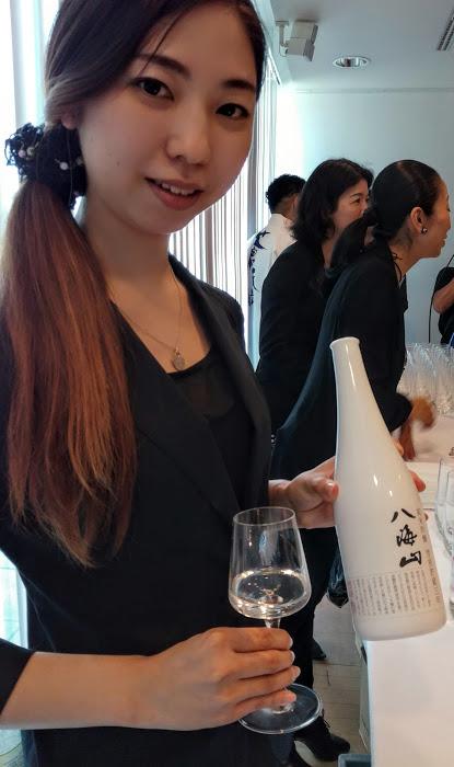 Ce saké exceptionnel Junmai Ginjo Genshu a vieilli plus de 3 ans sous un amoncellement de neige (yukimuso) à une température de 3°. La brasserie Hakkaisan qui l'élabore se situe au pied du mont Hakka à Niigata. C'est un saké très alcoolique (17°), issu du riz yameda nishiki, taux de polissage 50 %, un saké rond et lisse avec des arômes subtils et une finale toute en douceur. Ici, servi à Paris à la Maison de la Culture du Japon en juin 2018 (Photo FC)