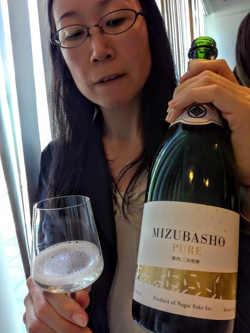 """Ce Mizubasho """"Pure"""" est un saké effervescent élaboré selon la méthode champenoise, un Junmaï Daïginjo, titrant 13° issu du riz yamada-nishiki de la préfecture de Gunma (l'une des huit préfectures sans littoral, la plus au nord-est de la plaine de Kantō). Elle est bordée par les préfectures de Niigata et Fokushima. Les bulles fines de ce saké aux notes de cerise et de litchi sont une alternative au Champagne. Il s'accorde tout aussi bien à la cuisine asiatique qu'occidentale. La brasserie Nagaï Shuzo qui l'élabore est située à l'extrémité orientale des Alpes Japonaises, au pied du Mont Hotaka, dans le village de Kawaba-mura (la marque Mizubasho a été créée en 1992). Ici, à Paris, à la Maison de la culture du Japon en juin 2018 (Photo FC"""