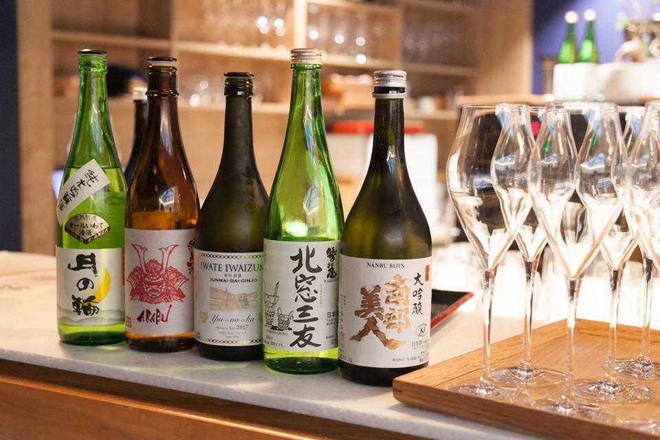 Les cinq sakés d'exception élaborés par des brasseurs d'Iwate et dégustés à Paris à la Maison du Saké : Akabu, Senkin, Tsukinowa, Washinoo, Nanbu bijin. Le Junmai Akabu a été servi dans des coupes à saké en laque (extraite d'arbres à laque ou vernis du Japon) des ateliers Joboji à Morioka.