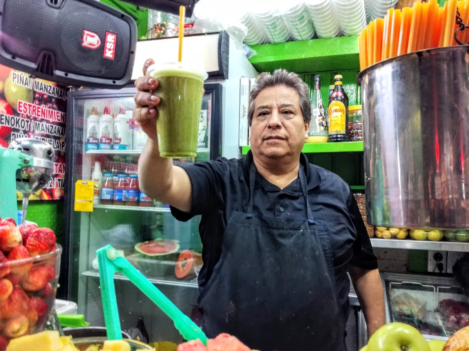 This juguero at the flower market in Mexico City made me a Jugo Verde from scratch in minutes, incredible mix of Nopal with the juice of oranges, grapefruit, celery, parsley and pineapple (Photo FC)