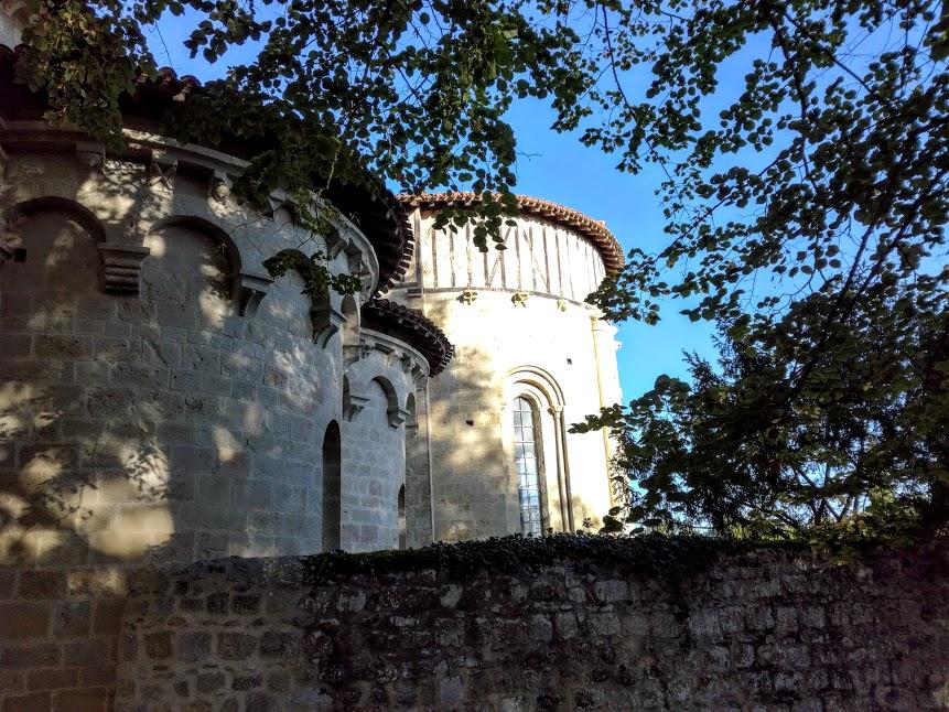 Abside et absidioles du chevet de l'église, principal témoin en Gascogne de cette architecture romane cistercienne. (Photo FC)