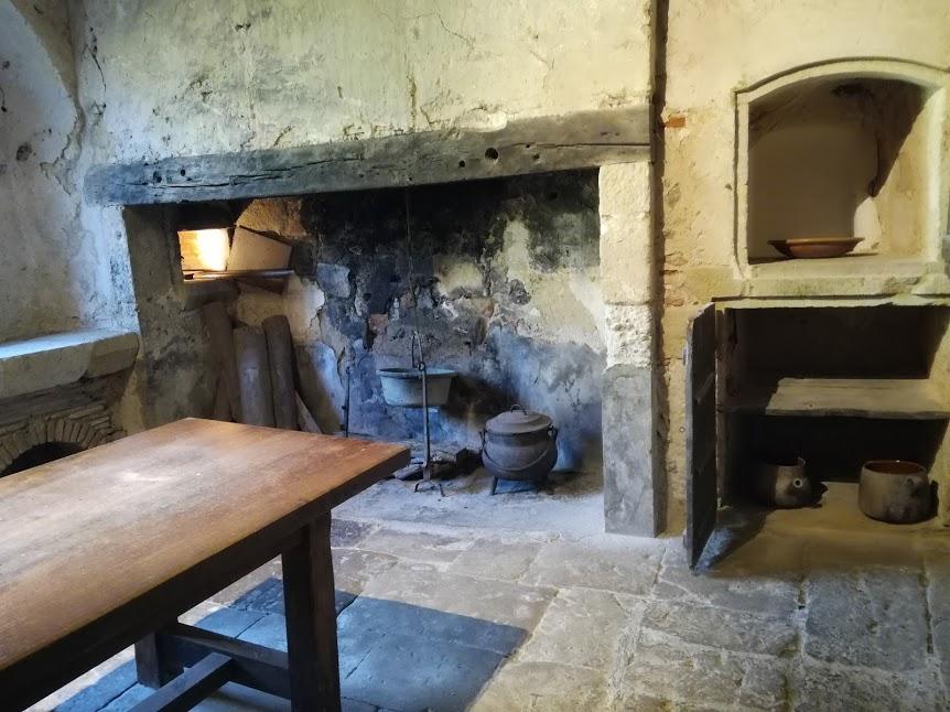 Cuisine de l'abbaye. L'aile nord du monastère était occupée par le réfectoire richement décoré de gypseries. Il n'en reste qu'une travée du XIVe siècle. Une porte communiquait avec la cuisine et le chauffoir (Photo FC)