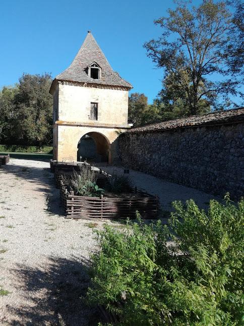 La ferme de la Madeleine, l'une des granges d'exploitation du domaine agricole cistercien, est située à l'entrée du site ; elle s'adosse au mur d'enceinte (fin XIII° siècle) dont il ne subsiste que la porterie fortifiée, de plan carré, couronnée (en 1752) par un pigeonnier gascon (Photo FC)
