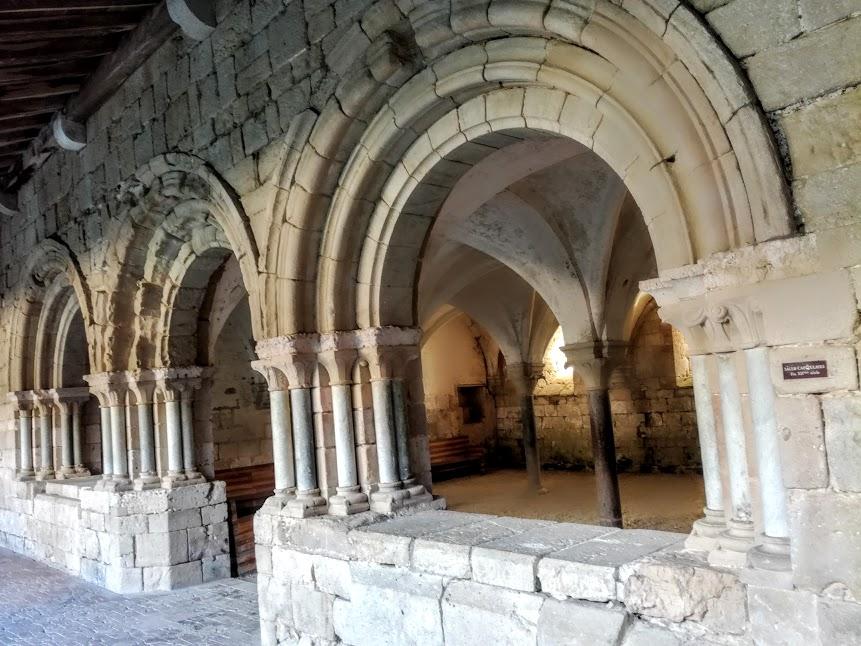 Salle capitulaire fin du XIIe siècle. Supportée par 4 colonnes de marbre (remploi romain), ses 9 croisées d'ogives toriques apparentées à celles à celles de la sacristie et du collatéral nord de l'église, comptent parmi les premiers exemples de ce genre de voûtes dans le midi de la France (Photo FC)