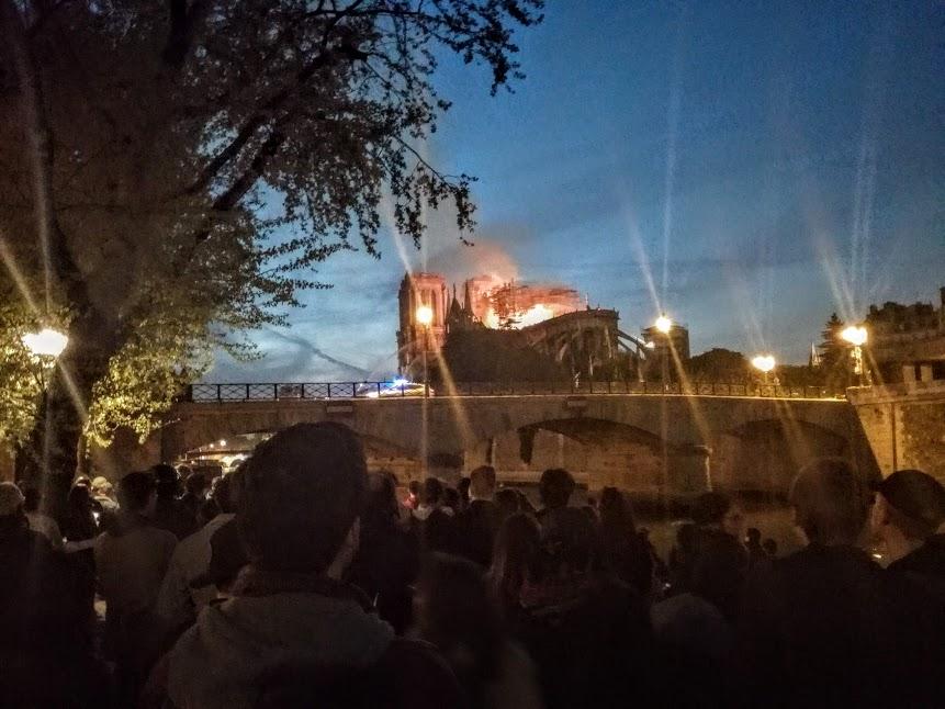 Il est 21 heure ce 15 avril 2019. Le toit de la nef vient de s'effondrer. La cathédrale Notre-Dame de Paris ne sera plus jamais comme avant (Photo FC)