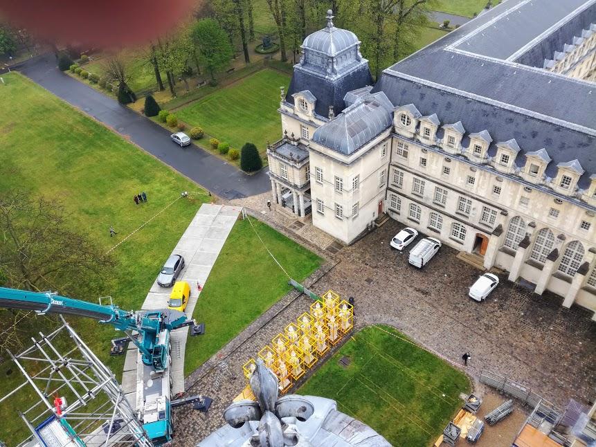 Du haut du Dôme du Val-de-Grâce, ces gigantesques statues semblent bien petites. A droite du bâtiment conventuel, le pavillon d'Anne d'Autriche, aujourd'hui, restauré (Photo FC)