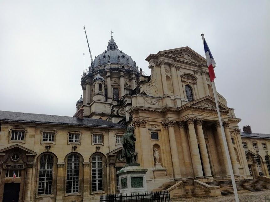 La façade de l'église du Val-de-Grâce conçue par Mansart, telle qu'on peut l'apercevoir de la rue Saint-Jacques (Photo FC)