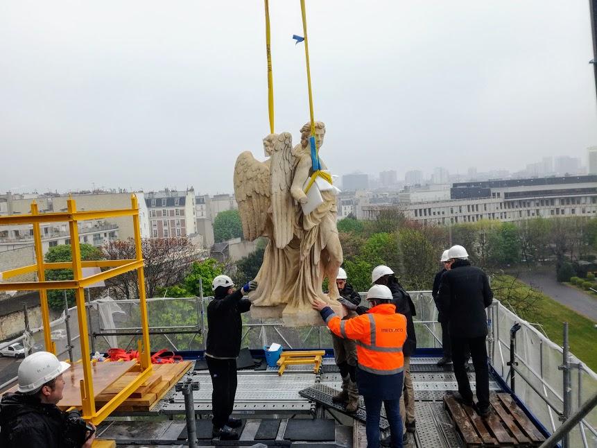 """La pose de cet ange sur le chevet de l'église nécessita un travail de précision opéré par une équipe de l'entreprise """"Premier de cordée"""" (Photo FC"""