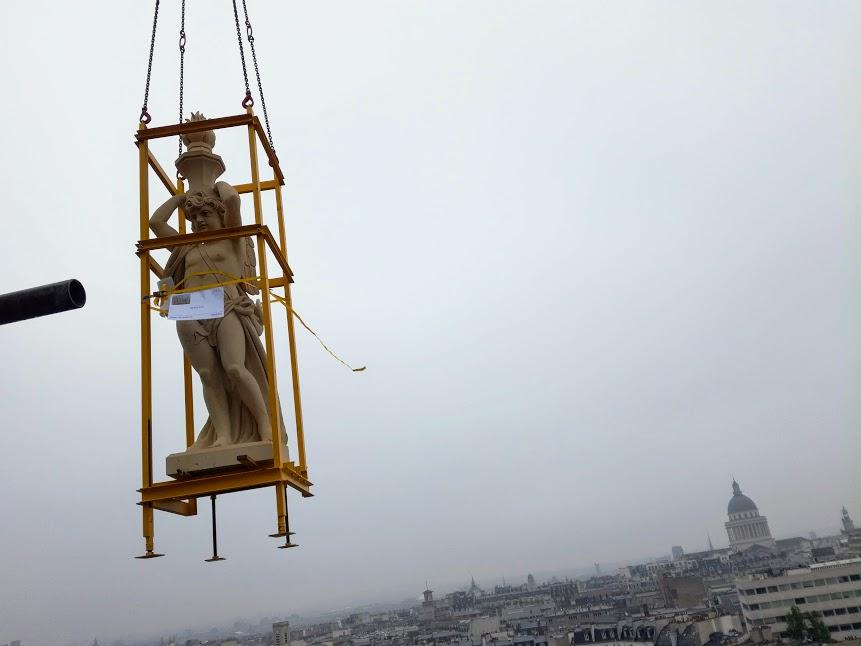"""Après une ascension de plus de 45 m, ce génie portant haut sa """"lampe à flamme"""" semble tourner le dos au Panthéon avant d'atteindre le tambour du Dôme (Photo FC)"""