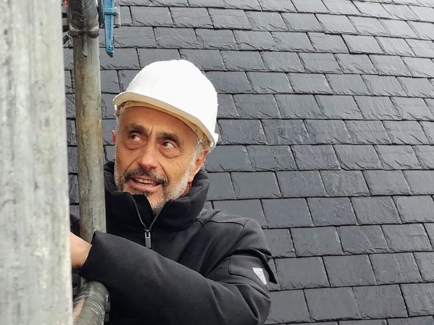Accroché à l'échafaudage, Stefan Manciulescu, architecte en chef des monuments historiques, est maître d'oeuvre du projet. Il surveille ici la pose des 16 génies et 7 anges (Photo FC)