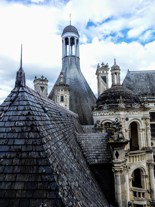 Adorned with decorative moldings, ornaments and plates of slate, the chimneys and turrets bring into being a truly timeless universe (Here, the tower of the royal wing) Photo FC
