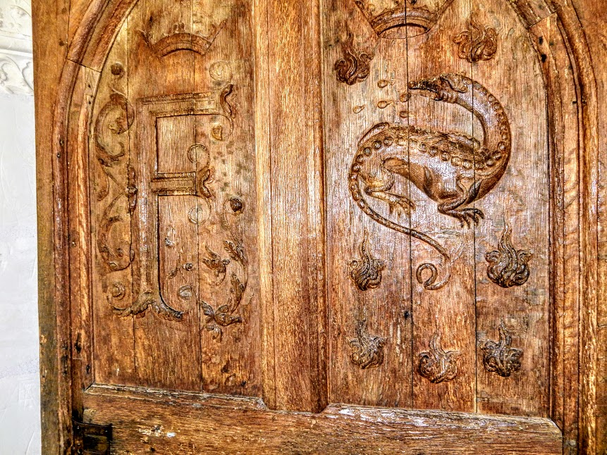 François I's salamander, a permanent fixture at Chambord.The château contains more than 300 depictions of this animal, which was the symbol of King Francis I. Here on a door with the « f » of François (Photo FC)