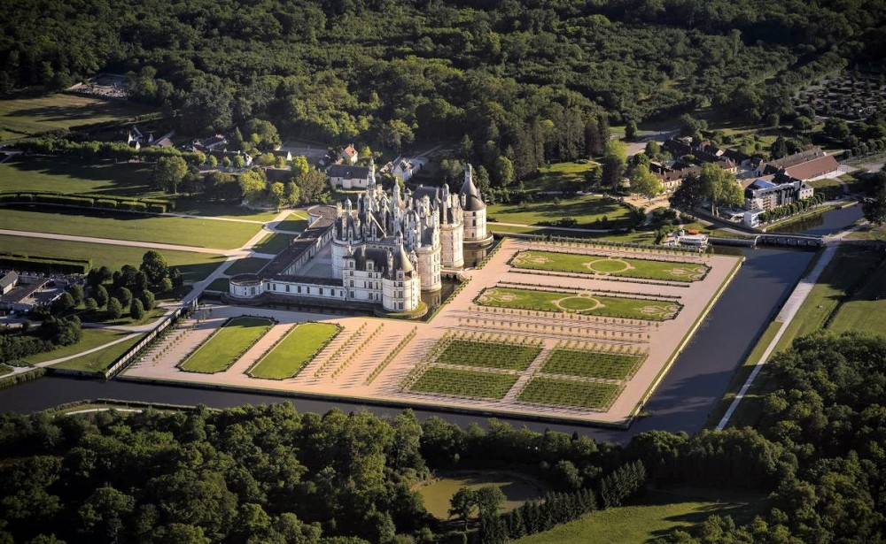Chambord in 2019. Chambord is the brainchild of François I and Leonardo da Vinci. Its vocation is simultaneously symbolic, aesthetic and spiritual. At once affirmation of royal preeminence and evocation of an ideal city