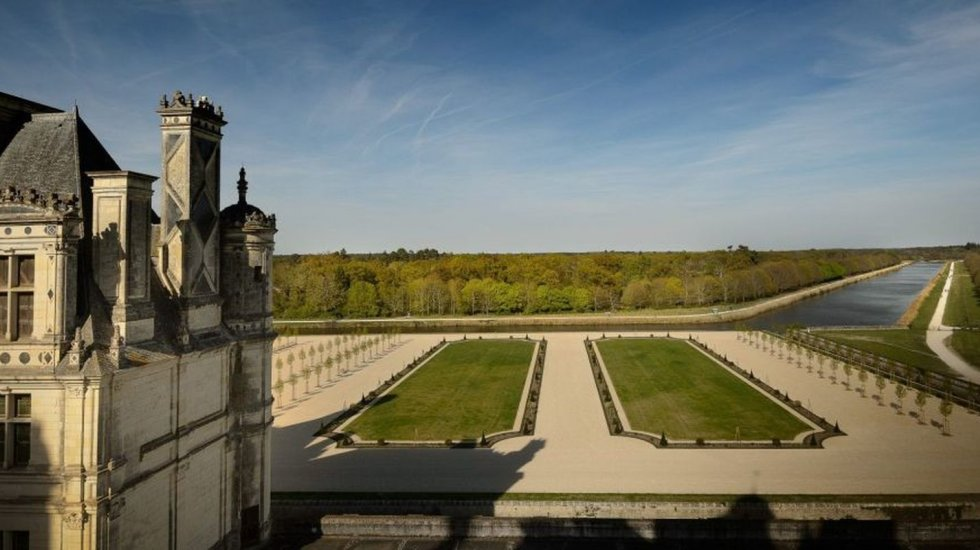 The château of Chambord has replanted its 18th-century French formal gardens. You can see le canal. François 1 had planned to redirect a branch of the Loire with a full water network around the building, but the work was never undertaken. However, thanks to the proximity of the existing canals, the vision of a fortified castle became that of a house in harmony with its surroundings.