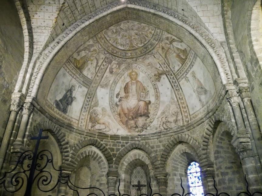 Basilique d'Evron, chapelle Saint-Crépin.  Les voix de ne sont pas couvertes d'un faux appareil alors que celle du choeur porte un Christ en majesté dans une mandorle (Photo FC)