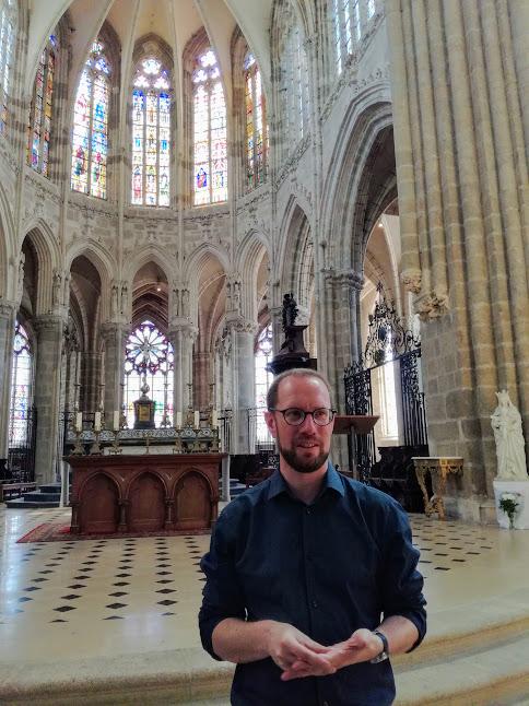 Emmanuel d'Erceville à l'entrée du choeur gothique de la basilique d'Evron n'a pas la responsabilité.  Il est également le créateur du Festival Arts Sacrés d'Evron (Photo FC)