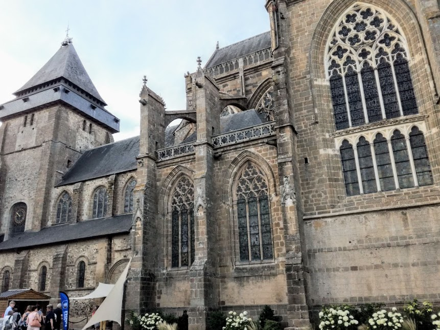 Mayenne basilique d'Evron ext (Photo FC)