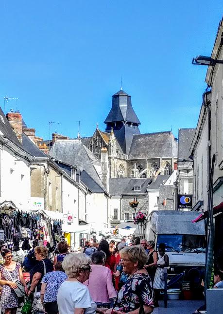 Mayenne basilique d'Evron jour du marché (Photo FC)