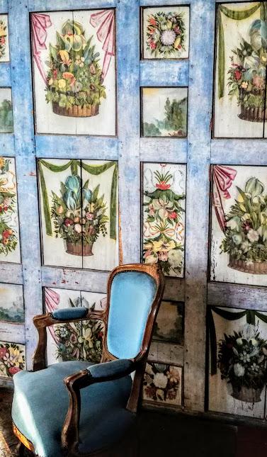 """« Au lieu d'être attentifs à connaître les autres, nous ne pensons qu'à nous faire connaître nous-mêmes. Il vaudrait mieux écouter pour acquérir de nouvelles lumières que de parler trop pour montrer celles que l'on a acquises ». L'auteure de cette maxime (sur le modèle de celles de La Rochefoucauld) n'est autre que Madeleine de Souvré, marquise de Sablé. L'écrivit-elle dans ce cabinet bleu dont on voit le fauteuil, au château de Bourgon ? Madeleine de Souvré, marquise de Sablé est née en 1599. Elle fut fille d'honneur de Marie de Médicis (1610) et femme de lettre et salonnière (s'étant lié d'amitié avec le duc de La Rochefoucauld, elle l'aida dans la rédaction de ses célèbres Maximes). Le 9 janvier 1614, elle épousait Philippe-Emmanuel de Laval-Montmorency, et marquis de Sablé. On ne sait pas autre chose de son mari, sinon qu'il mourut en 1640, et qu'elle en eut quatre enfants. Veuve très tôt (1640), elle se mêla à toutes les intrigues de cour, notamment aux affaires jansénistes. Elle est l'auteure (elle aussi) de """"Maximes"""" sur le modèle de celles de La Rochefoucauld."""