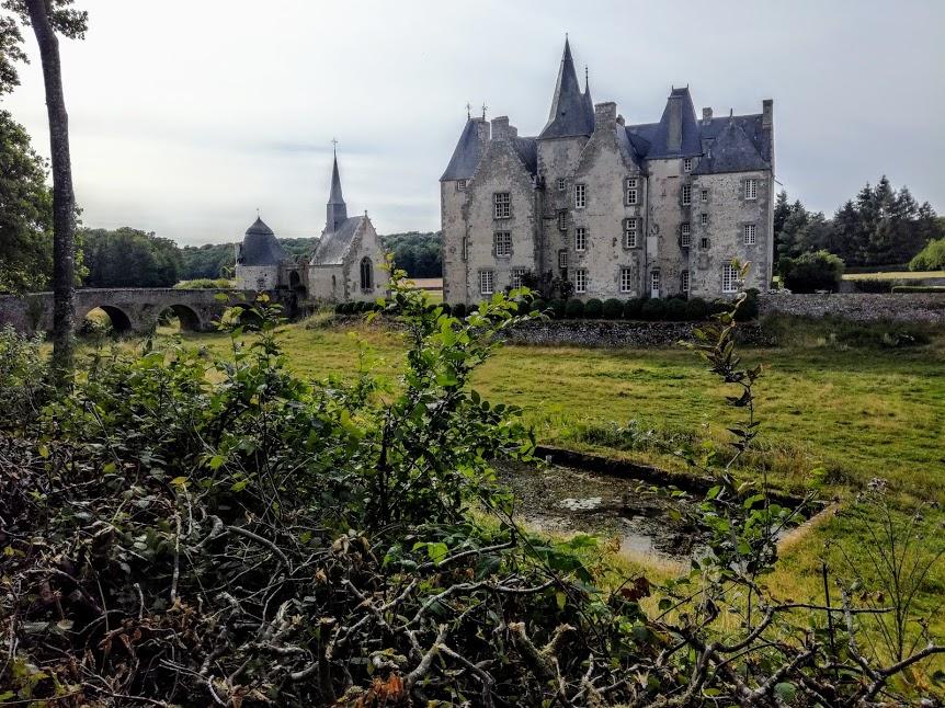 Ce château de Bourgon dans une nature préservée a été bâti sur une dalle de granit.  C'est au XVIe siècle que Louis de Monteclerc lui appartient d'aspect Renaissance.  Au premier plan, le bassin de teinture (était-ce pour cette toile de Mayenne à l'instar des activités textiles de l'abbaye cistercienne Notre-Dame de Fontaine-Daniel, voisine de Bourgeon) Photo FC