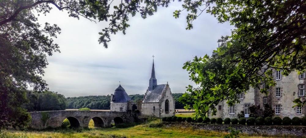 Sur le château de Bourgon par un impressionnant pont à trois arches qui enjambent les douves aujourd'hui asséchées.  C'est tout ce qui reste du château fortifié du XIIIe siècle.  Des 2 tours jumelles encadré ce pont, une seule subsiste avec son toit en campanile.  La chapelle du château a d'ailleurs été construite en 1525 par Montecler sur les bases de cette ancienne tour médiévale (Photo FC)