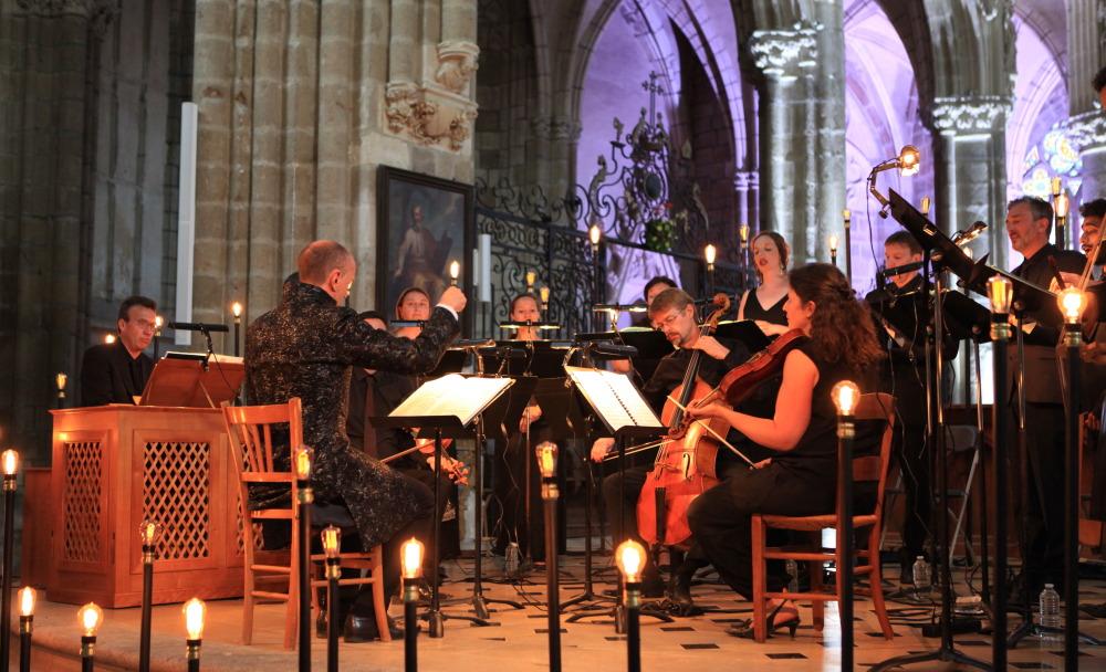 Dans le choeur de la basilique d'Evron, le Concert Spirituel dirigé par Hervé Niquet sur Mozart à Salzbourg (Photo Georges Lévêque)