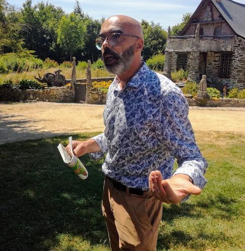 Bruno Godiver directeur du musée Robert Tatin depuis plus de vingt ans. Derrière lui, sa maison restée telle quelle depuis sa mort en 1983 (Photo FC)