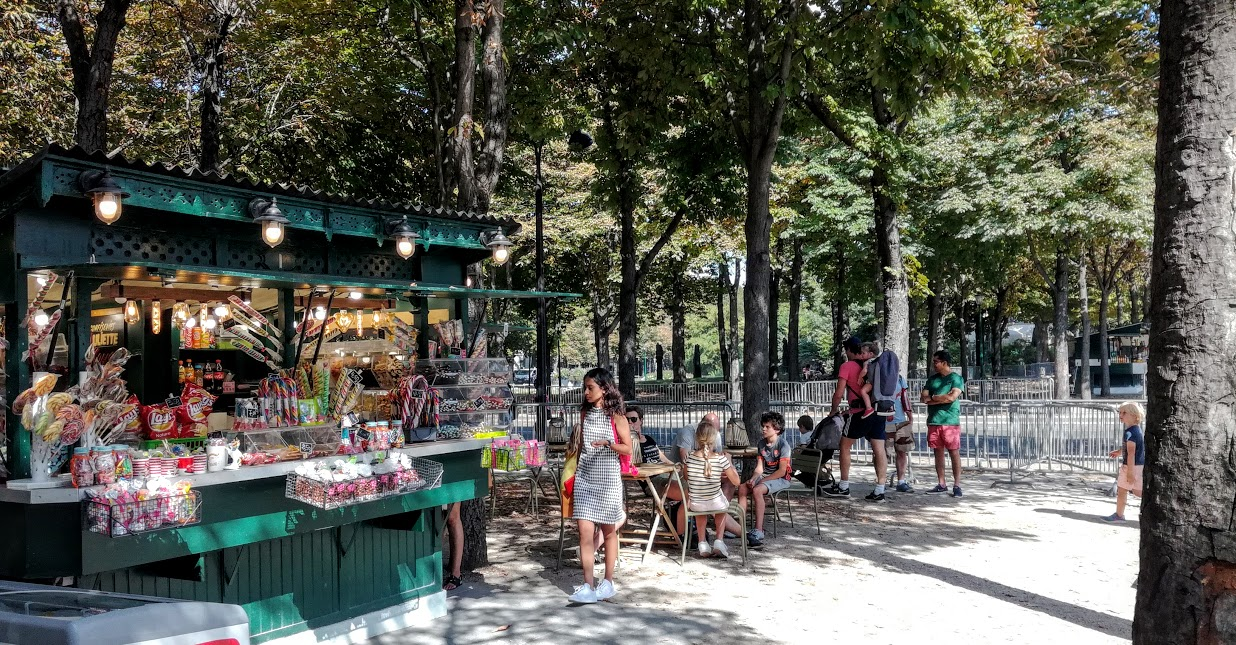 """This kiosk in the Champs Elysees gardens (at the corner of Marigny Avenue) is a very pleasant stop in the summer furnace. Remember that between the Arc de Triomphe at the top and the Place de la Concorde where the obelisk is located, the Avenue des Champs-Elysées stretches for nearly 2 kilometers. In its lower part, the avenue is bordered by these counter-alleys, called """"Promenade des Champs-Élysées"""" that run along the gardens of the Champs-Elysées (Photo FC)"""