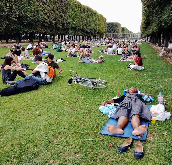 Luxembourg garden, long strips of lawn towards the Observatory gardens. Here, we heckle, we sleep, we make music, we picnic... (Photo FC)