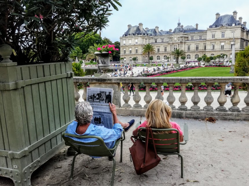 Jardin du Luxembourg, how many books or newspapers are browsed in the shade of his pink laurels (Photo FC)