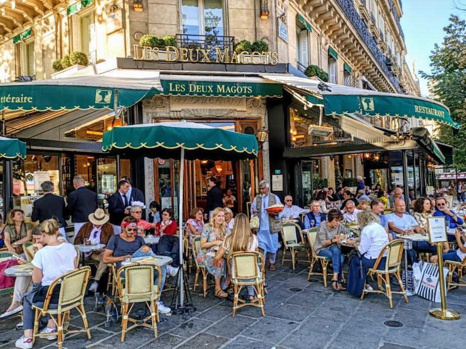 Like its neighbour Le Flore, the Café des Deux Magots has raised its ranks to become a Parisian legend. Situated directly on Place Saint-Germain-des-Prés (Photo FC)