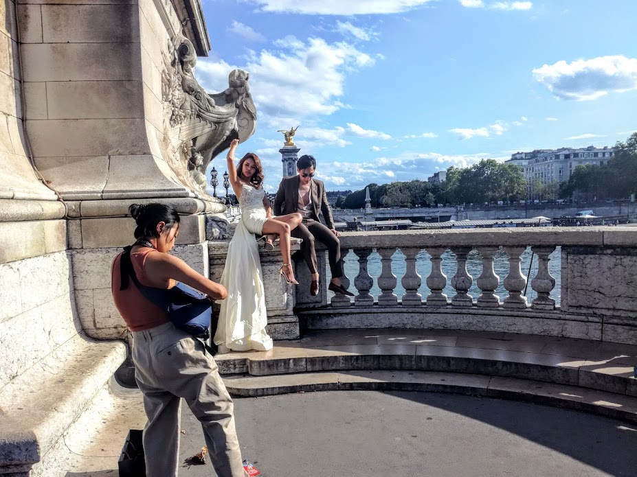 On the balconies of the Alexandre III Bridge, in August, it's engagement time (Photo FC)