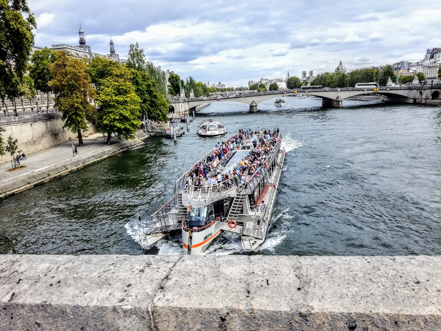 Le Pont Royal and the incessant ballet of Bateaux mouches. From there, at the right end, you can see the two towers of Notre Dame that remained intact after the fire in April 2019. The Royal Bridge is the third oldest bridge in Paris, after le Pont Neuf and le Pont Marie. It is close to the Tuileries garden and the Louvre Museum (Photo FC)