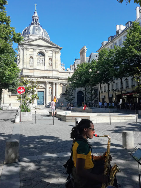 the façade of the Sorbonne closed due to university holidays (Photo FC)