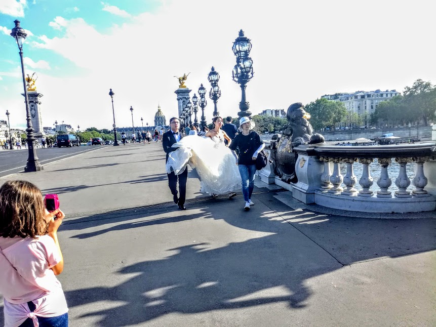 Pont Alexandre III. Vive les mariés! Happiness, health and prosperity for newlyweds! (Photo FC)