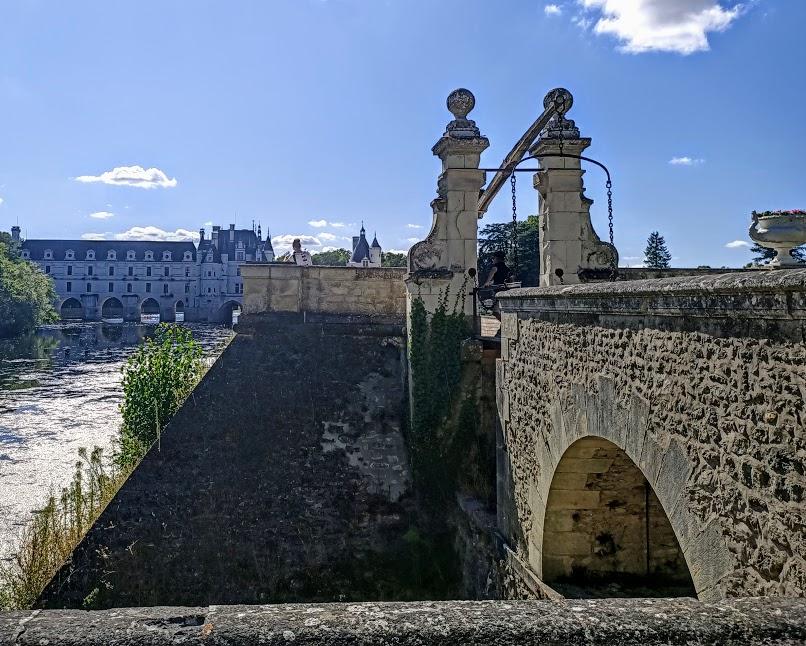Château de Chenonceau, à l'angle sud-est du Jardin de Diane, l'écluse doublée d'une passerelle (Photo FC)