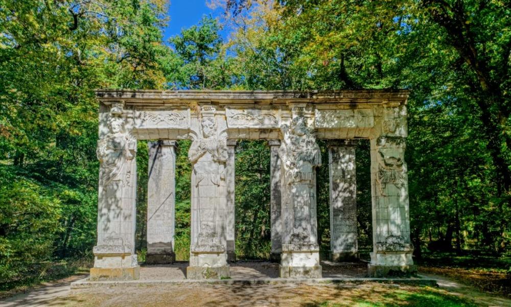 A l'origine les cariatides de Jean Goujon (Apollon, Pallas, Hercule et Cybèle) se trouvaient à la demande de Catherine de Médicis sur la façade du château. Elles ont été démontées et installées vers 1870 près du labyrinthe, dans le parc du château (Photo FC)