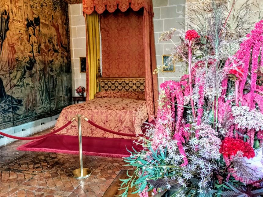 Cette chambre au premier étage évoque le souvenir de Gabrielle d'Estrées, favorite et grand amour du roi Henri IV. Elle est la mère de son fils légitimé César de Vendôme. Près du lit à baldaquin, la tapisserie des Flandres du XVIe siècle s'intitule Scènes de la vie de château, l'amour (Photo FC)