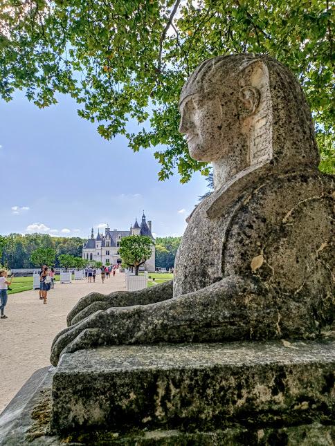 L'un des deux sphinx encadrant l'avant -cour du château de Chenonceau. Ils ont été installés là par le comte René de Villeneuves (mort à Chenonceau le 12 février 1863). Ils proviennent du château de Chanteloup à Amboise (domaine du duc de Choiseul) lorsque celui-ci fut démantelé au XIXe siècle. A noter que la présence également de 2 sphinx au départ de l'escalier d'honneur de château Margaux dans le Médoc près de Bordeaux (Photo FC)