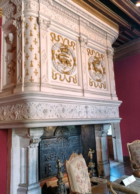 Salon Louis XIV. Sur la cheminée Renaissance, la Salamandre et l'Hermine évoquent le souvenir de François Ier et de la Reine Claude de France (Photo FC)
