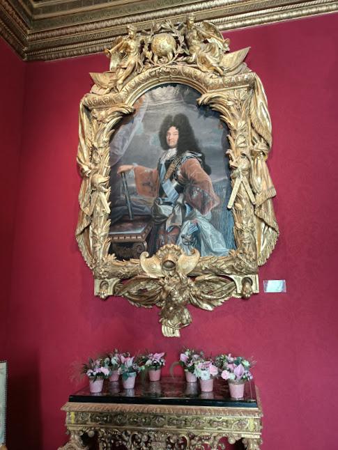 Le salon Louis XIV (au rez-de-Chaussée). En souvenir de la visite qu'il fit à Chenonceau le 14 Juillet 1650 (il avait 11 ans), Louis XIV offrit bien plus tard, à son oncle le Duc de Vendôme, son portrait par Rigaud avec un extraordinaire cadre par Lepautre, composé seulement de quatre énormes pièces de bois (Photo FC)