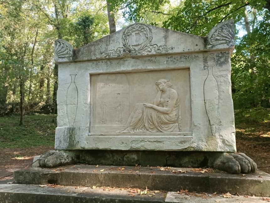 Madame Dupin repose sur l'autre rive du Cher rive gauche, au sein d'une clairière de la forêt de Franceuil, dans l'alignement du célèbre pont de Chenonceau (Photo FC)