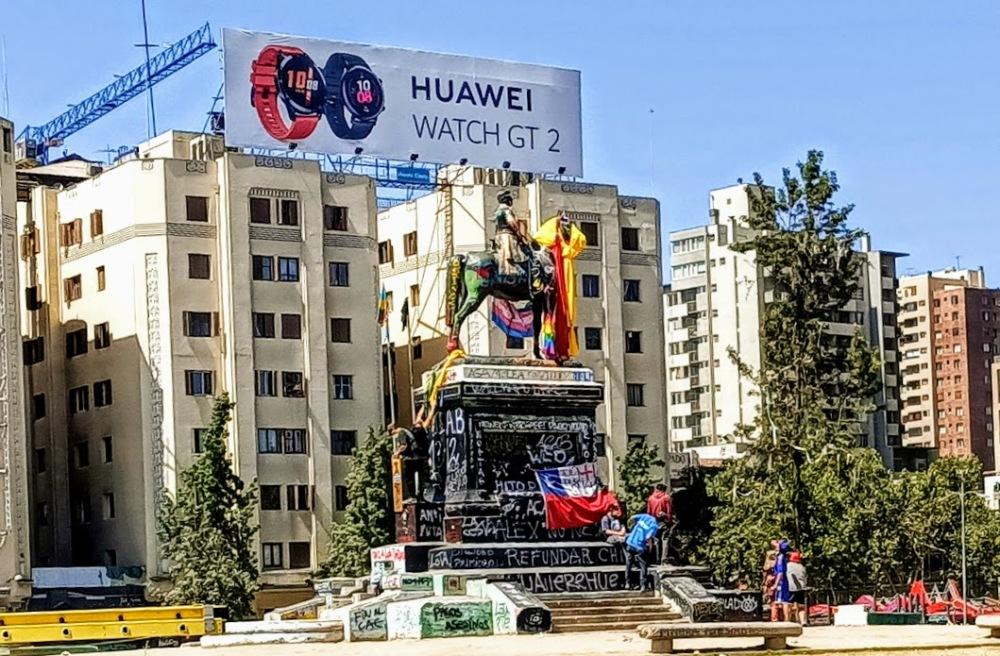 A primera hora de la mañana, hay pocas personas, sola, la plaza Italia, la estatua ecuestre del General Baquedano colorida y grafiteada reúne a algunos manifestantes (Foto FC)