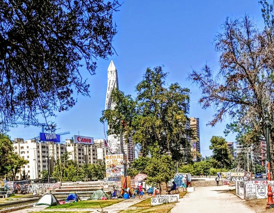 El obelisco de Plaza Italiana es el lugar ideal para que los manifestantes puedan expresar su odio a los pacos, quienes violan, asesinan y mutilan en toda impunidad (Foto FC)