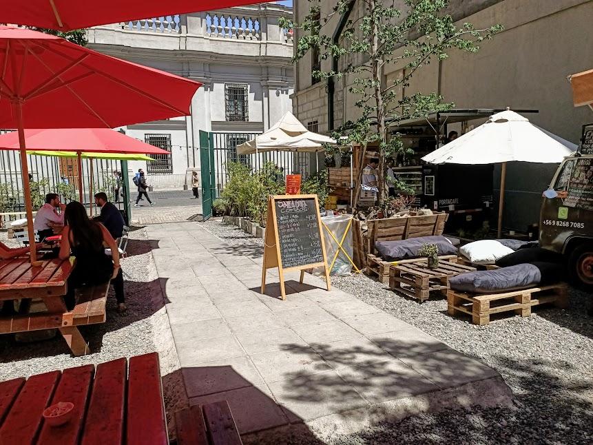 Ce petit coin café entre deux immeubles, calle Morande à une rue du Palacio de la Moneda, semble être le lieu de détente préféré des fonctionnaires d'en face (Photo FC)